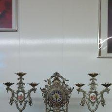 Orologi di carica manuale: MUY INTERESANTE RELOJ DE SOBREMESA CON SU GUARNICIÓN DE CANDELABROS (FUNCIONANDO Y CON SU LLAVE). Lote 200877383