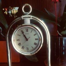 Relojes de carga manual: RELOJ DE SOBREMESA DE METAL DORADO A PILAS, MARCA RHYTHM TIENE NÚMEROS ROMANOS Y MINUTERO.. Lote 182436452