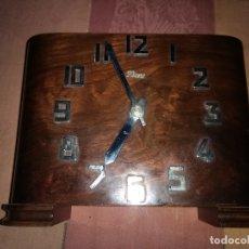 Relojes de carga manual: RELOJ ANTIGUO SOBREMESA EN MADERA ART DECÓ. ESFERA CON NUMEROS EN METAL . Lote 182715403