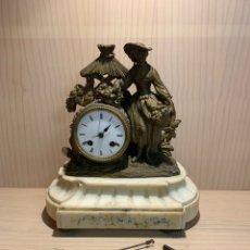 Relojes de carga manual: ANTIGUO RELOJ DE BRONCO O METAL Y MÁRMOL CON PENDULO. Lote 182832567