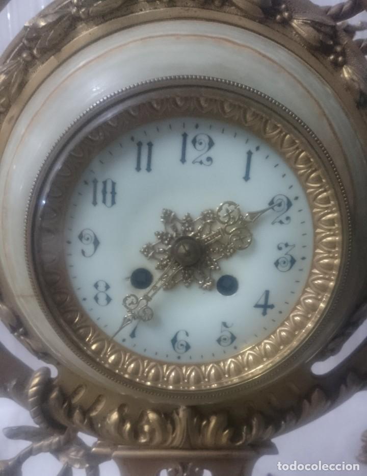 Relojes de carga manual: Antiguo reloj con dos candelabros, guarnición de bronce imperio. Siglo XIX. Rareza. 74 cm alto. - Foto 3 - 183482133