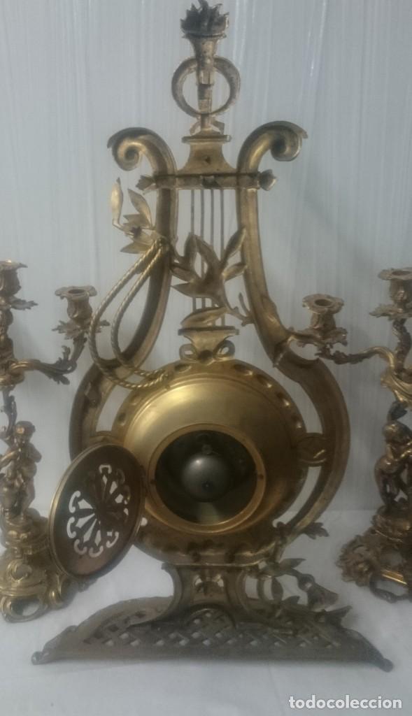 Relojes de carga manual: Antiguo reloj con dos candelabros, guarnición de bronce imperio. Siglo XIX. Rareza. 74 cm alto. - Foto 4 - 183482133