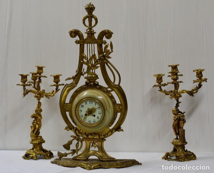Relojes de carga manual: Antiguo reloj con dos candelabros, guarnición de bronce imperio. Siglo XIX. Rareza. 74 cm alto. - Foto 2 - 183482133