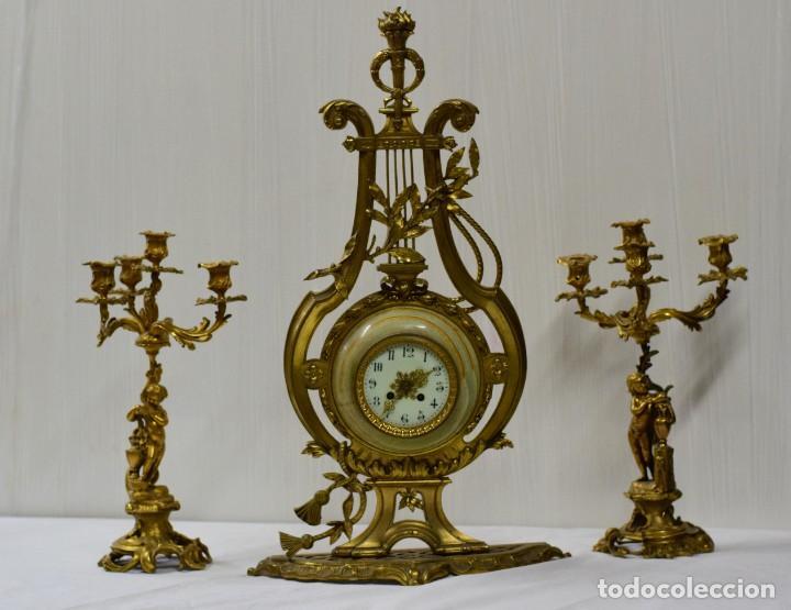 ANTIGUO RELOJ CON DOS CANDELABROS, GUARNICIÓN DE BRONCE IMPERIO. SIGLO XIX. RAREZA. 74 CM ALTO. (Relojes - Sobremesa Carga Manual)