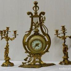 Relojes de carga manual: ANTIGUO RELOJ CON DOS CANDELABROS, GUARNICIÓN DE BRONCE IMPERIO. SIGLO XIX. RAREZA. 74 CM ALTO.. Lote 183482133
