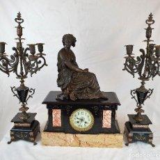 Relojes de carga manual: ANTIGUO JUEGO DE RELOJ CON CANDELABROS DE BRONCE. Lote 187475757