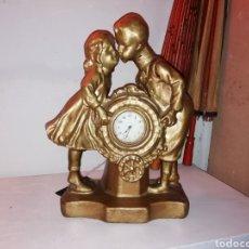 Relojes de carga manual: ANTIGUA PAREJA DE NIÑOS RELOJ DORADO DE ESCAYOLA. FIRMADO Y NUMERADO.. Lote 188581050