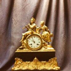 Relojes de carga manual: RELOJ BRONCE BASE MÁRMOL NEGRO DOS FIGURAS JOVEN PAREJA CHICA CHICO FLAUTA PARÍS ROMANTICISMO 1830. Lote 189134275