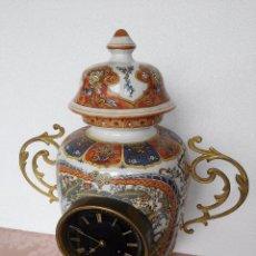 Relojes de carga manual: RELOJ SOBREMESA JARRON PORCELANA SIGLO XIX. Lote 189250551