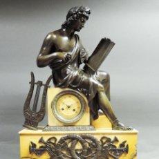 Relojes de carga manual: RELOJ DE SOBREMESA BRONCE Y MARMOL CARLOS X, FIGURA DE VIRGILIO EN BRONCE PATINADO. Lote 189266620