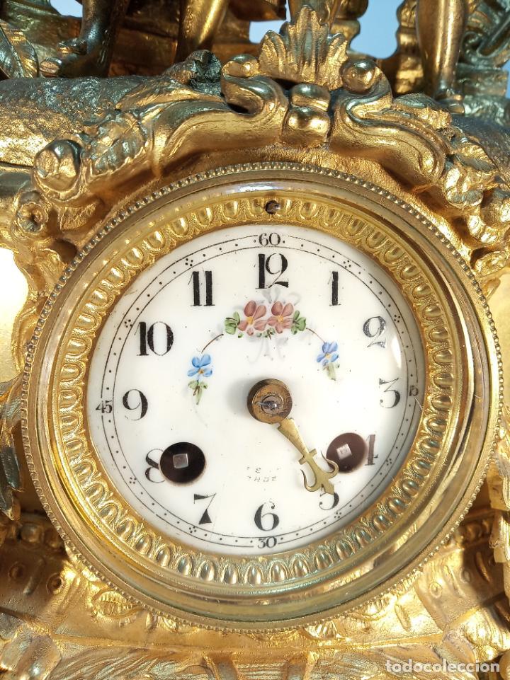 Relojes de carga manual: Reloj de mesa en bronce macizo. 4,9 kg. Caballero cortejando a una dama. Con llave. - Foto 2 - 190859860
