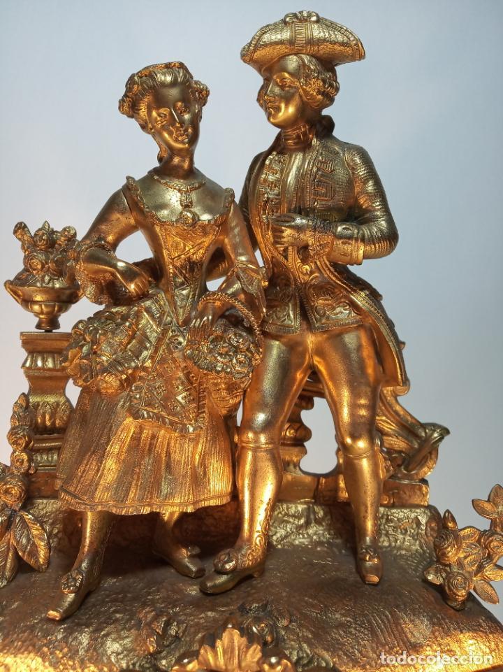 Relojes de carga manual: Reloj de mesa en bronce macizo. 4,9 kg. Caballero cortejando a una dama. Con llave. - Foto 3 - 190859860