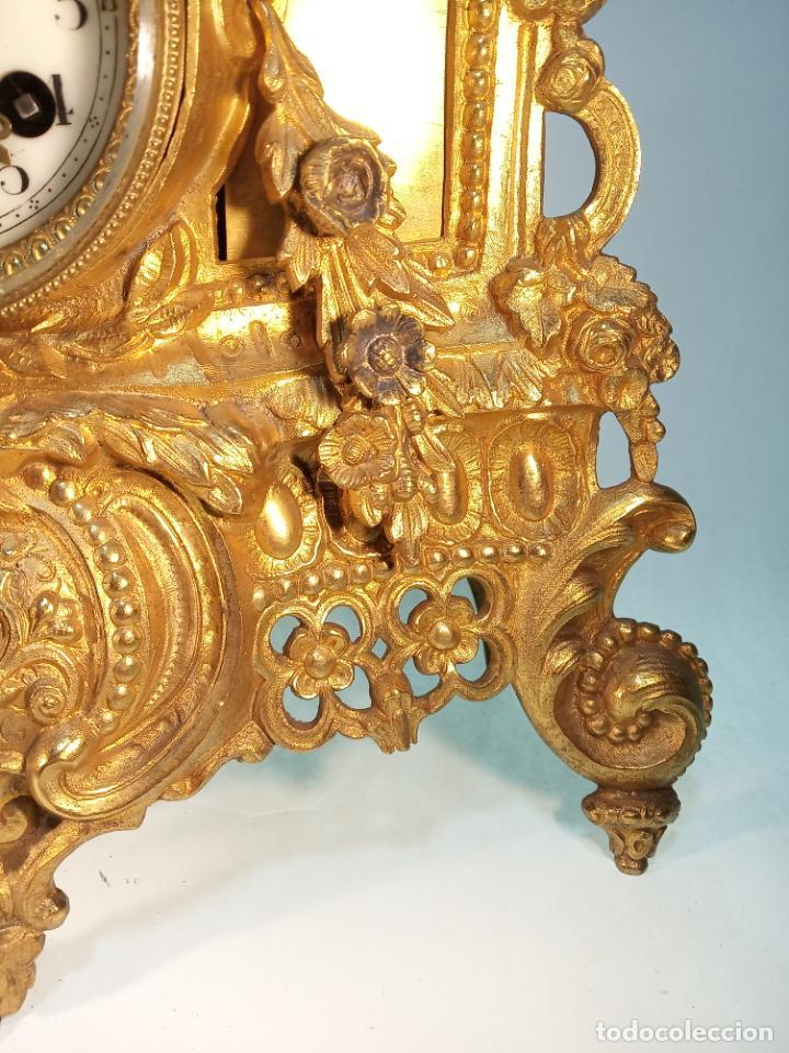 Relojes de carga manual: Reloj de mesa en bronce macizo. 4,9 kg. Caballero cortejando a una dama. Con llave. - Foto 4 - 190859860