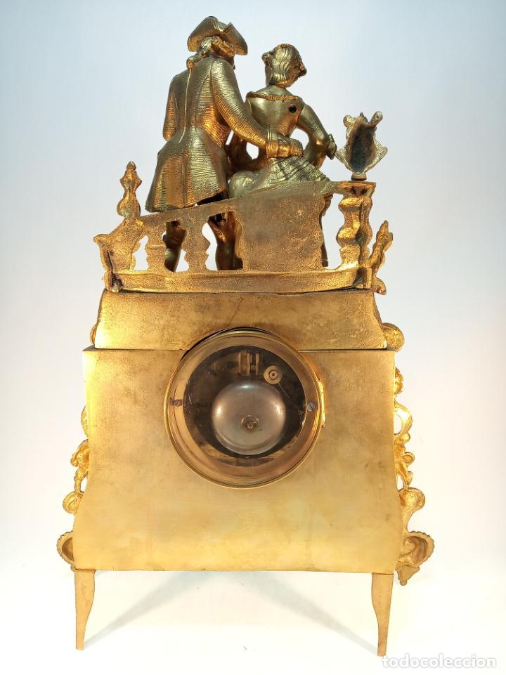 Relojes de carga manual: Reloj de mesa en bronce macizo. 4,9 kg. Caballero cortejando a una dama. Con llave. - Foto 5 - 190859860