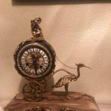 Relojes de carga manual: RELOJ DE BRONCE SOBRE PIE DE MARMOL ROSA. Lote 190873763