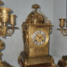 Relojes de carga manual: RELOJ TIPO LINTERNA DE BRONCE SIGLO XIX BUEN ESTADO CANDELABROS A JUEGO FUNCIONA DE COLECCIÓN . Lote 191360005