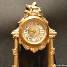 Relojes de carga manual: ANTIGUO RELOJ DE SOBREMESA EN CALAMINA DORADA ELABORADO. Lote 191992421
