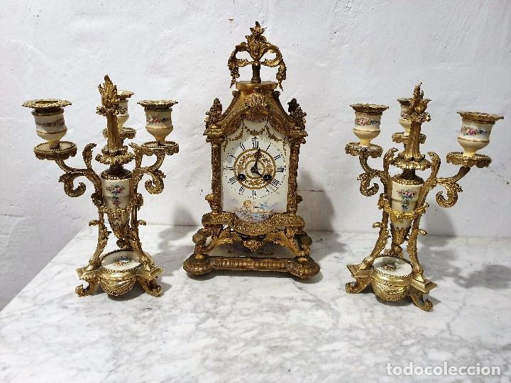 ANTIGUO RELOJ DE SOBREMESA DE PORCELANA Y BRONCE CON GUARNICION (Relojes - Sobremesa Carga Manual)