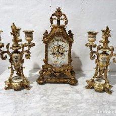 Relojes de carga manual: ANTIGUO RELOJ DE SOBREMESA DE PORCELANA Y BRONCE CON GUARNICION. Lote 193002816