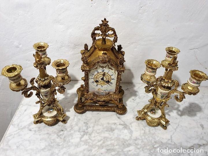Relojes de carga manual: ANTIGUO RELOJ DE SOBREMESA DE PORCELANA Y BRONCE CON GUARNICION - Foto 2 - 193002816