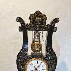 Relojes de carga manual: RELOJ DE SOBREMESA CON INCRUSTACIONES DE LATON Y NACAR. Lote 193004120