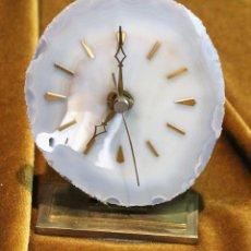 Relojes de carga manual: RELOJ DE ÁGATA, 11,5 X 9,5 CM, SOBRE PIÉ DE LATÓN, FUNCIONA.. Lote 194530685