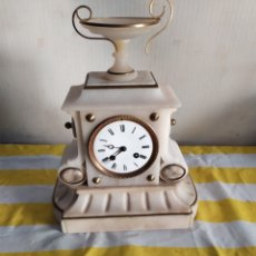 Relojes de carga manual: ANTIGUO RELOJ FRANCÉS MÁRMOL BLANCO Y DETALLES EN BRONCE SIGLO XIX. Lote 194680151