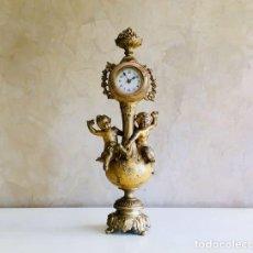 Relojes de carga manual: RELOJ DE SOBREMESA FRANCES DE CALAMINA DORADA ESTILO ISABELINO CON MÁQUINA MECÁNICA Y PUTTIS MOREAU. Lote 194704835