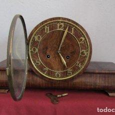 Relojes de carga manual: RELOJ MECÁNICO ANTIGUO ALEMÁN CHIMENEA MESA SOBREMESA FUNCIONA DA SUS CAMPANADAS FABRICADO AÑO 1933. Lote 195224081