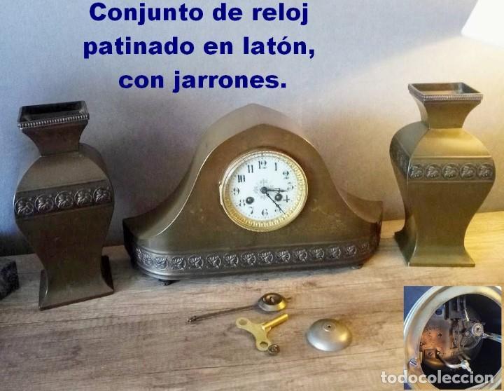 CONJUNTO DE RELOJ PATINADO EN LATÓN, CON JARRONES. (Relojes - Sobremesa Carga Manual)
