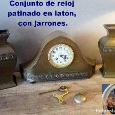 Relojes de carga manual: CONJUNTO DE RELOJ PATINADO EN LATÓN, CON JARRONES.. Lote 195232100