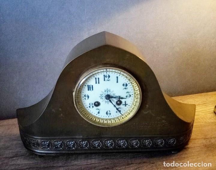 Relojes de carga manual: Conjunto de reloj patinado en latón, con jarrones. - Foto 2 - 195232100