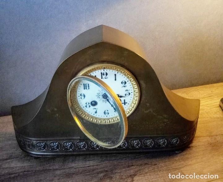 Relojes de carga manual: Conjunto de reloj patinado en latón, con jarrones. - Foto 3 - 195232100