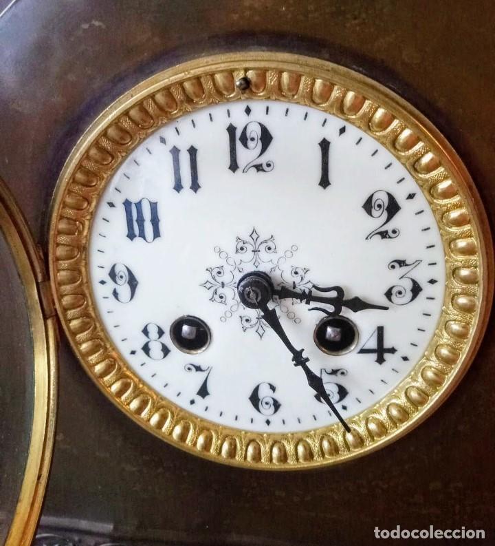 Relojes de carga manual: Conjunto de reloj patinado en latón, con jarrones. - Foto 4 - 195232100
