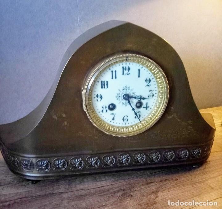 Relojes de carga manual: Conjunto de reloj patinado en latón, con jarrones. - Foto 5 - 195232100