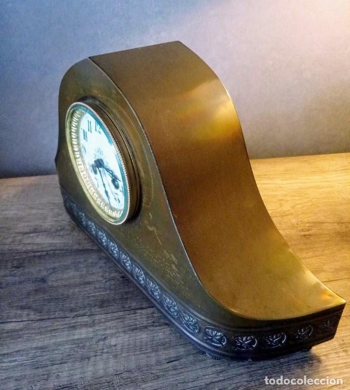Relojes de carga manual: Conjunto de reloj patinado en latón, con jarrones. - Foto 7 - 195232100
