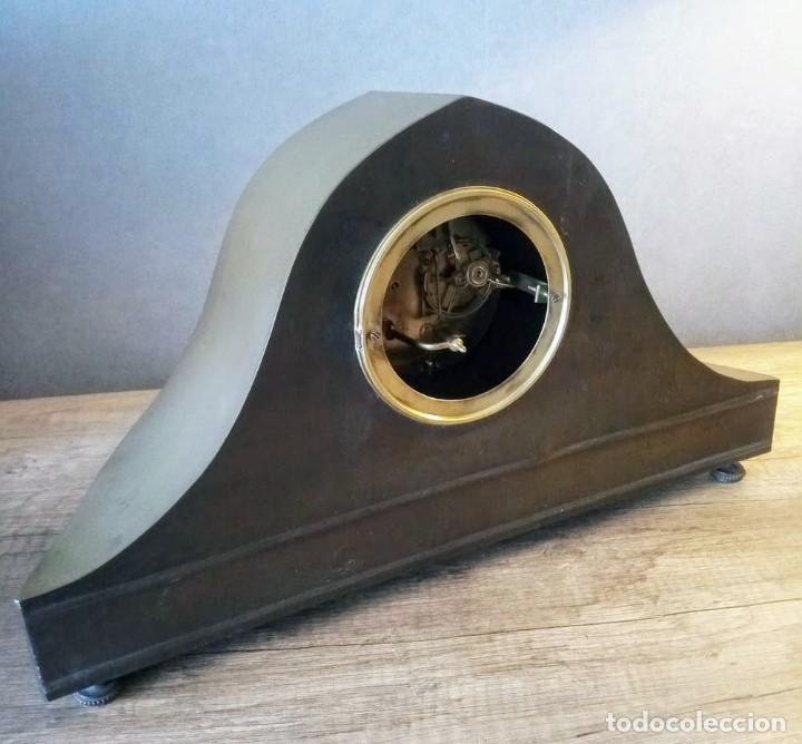 Relojes de carga manual: Conjunto de reloj patinado en latón, con jarrones. - Foto 8 - 195232100