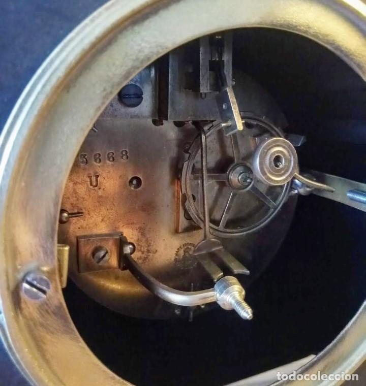 Relojes de carga manual: Conjunto de reloj patinado en latón, con jarrones. - Foto 9 - 195232100