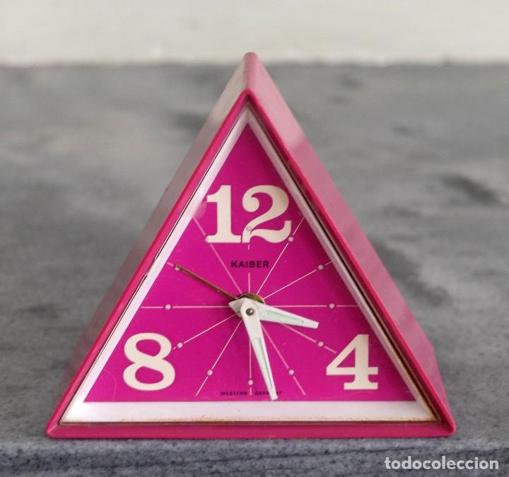 RELOJ DESPERTADOR MADE IN WEST GERMANY, MARCA KAISER, FORMA TRIANGULAR, COLOR MORADO (Relojes - Sobremesa Carga Manual)
