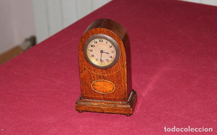 ANTIGUO RELOJ DE SOBREMESA DE MADERA (Relojes - Sobremesa Carga Manual)