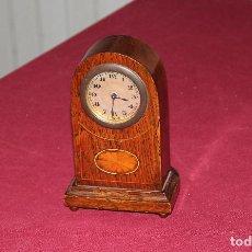 Relojes de carga manual: ANTIGUO RELOJ DE SOBREMESA DE MADERA. Lote 195302996