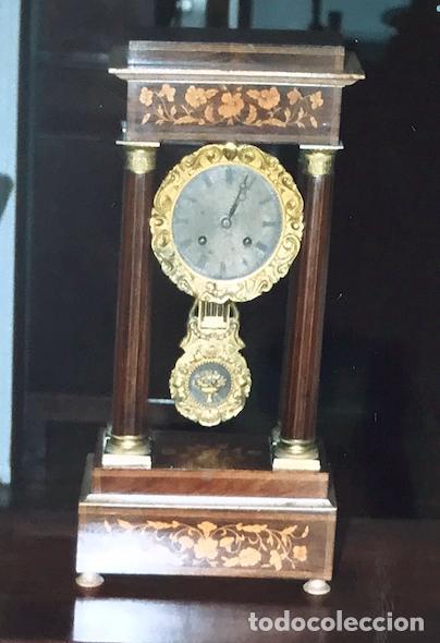 RELOJ DE PÓRTICO LOUIS PHILIPPE EN MARQUETERÍA Y LATÓN DORADO, HACIA 1850. (Relojes - Sobremesa Carga Manual)