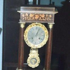 Relojes de carga manual: RELOJ DE PÓRTICO LOUIS PHILIPPE EN MARQUETERÍA Y LATÓN DORADO, HACIA 1850.. Lote 195388728