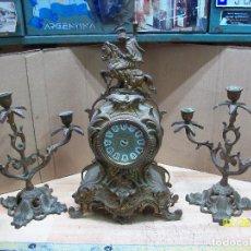 Relojes de carga manual: RELOJ DE BRONCE CON 2 CANDELABROS. Lote 195474253