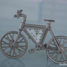 Relojes de carga manual: ORIGINAL RELOJ CUARZO SOBREMESA BICICLETA ALUMINIO – EN PERFECTO ESTADO Y FUNCIONAMIENTO . Lote 196001987