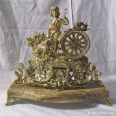 Relojes de carga manual: GRAN RELOJ DE SOBREMESA DE BRONCE SOBRE BASE DE MÁRMOL ÓNICE, PASTORCILLO CON CORDERO. Lote 198155668