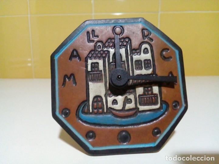 PEQUEÑO RELOJ DE PIEL REPUJADA MALLORCA (Relojes - Sobremesa Carga Manual)