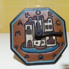 Relojes de carga manual: PEQUEÑO RELOJ DE PIEL REPUJADA MALLORCA. Lote 200038312