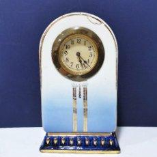 Relojes de carga manual: RELOJ DE SOBREMESA DE LOZA AZUL. HACIA 1950.. Lote 201270083