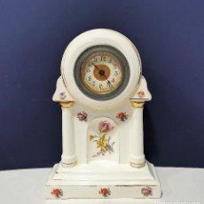 Relojes de carga manual: RELOJ DE SOBREMESA DE LOZA BLANCA DECORADA CON FLORES.. Lote 201270197